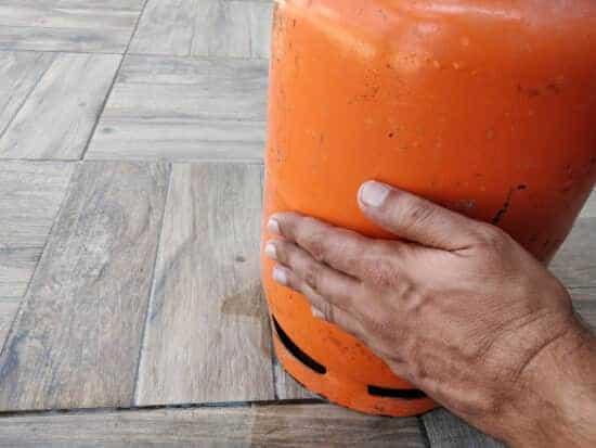 מעבירים יד על בלון גז