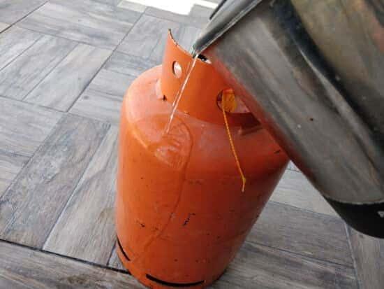 שופכים מים חמים על בלון הגז