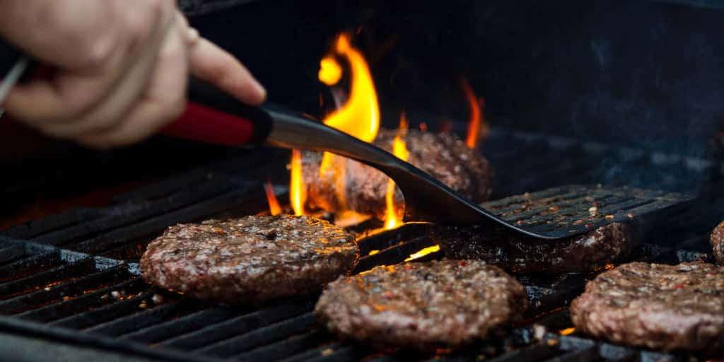 צליית המבורגר על גריל גז