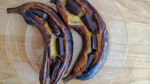 קוביות שוקולד בתוך בננות